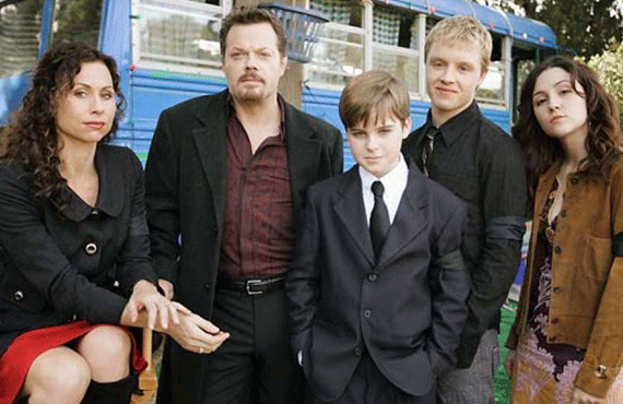Minnie Driver, Eddie Izzard, Noel Fisher, and Shannon Woodward in The Riches (FX)