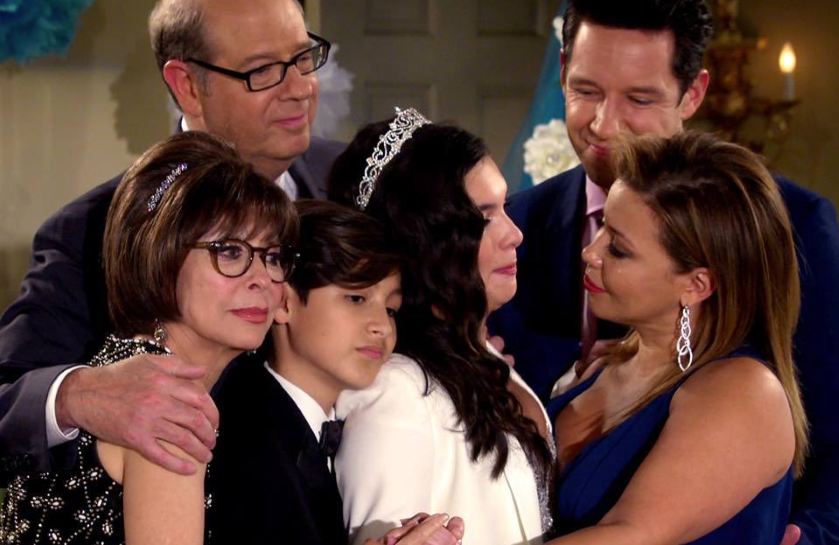 Rita Moreno, Stephen Tobolowsky, Marcel Ruiz, Isabella Gomez,  Todd Grinnell and Justina Machado in One Day at a Time (Netflix)
