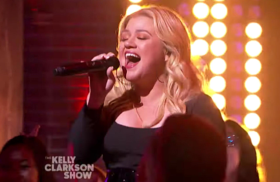 Kelly Clarkson belts out a cover song like few others can. (The Kelly Clarkson Show/NBC)