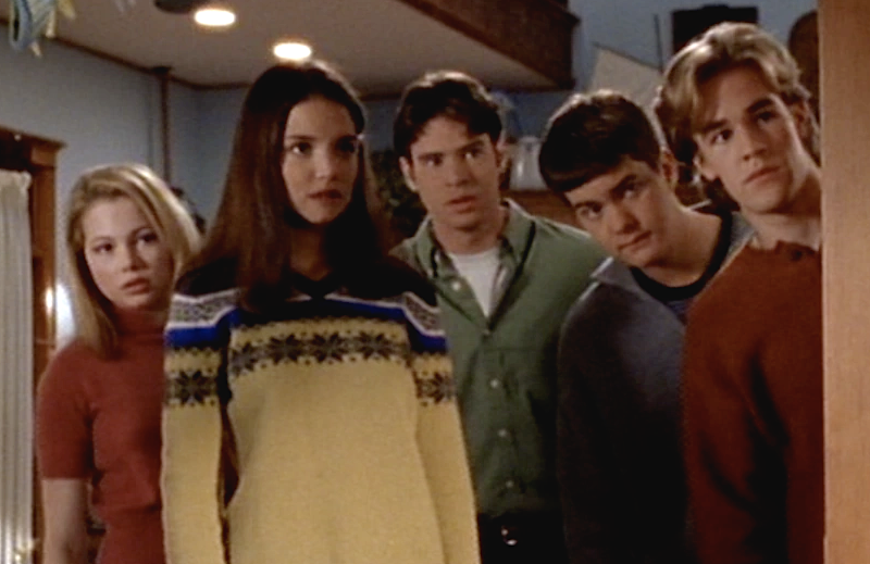 "Michelle Williams, Katie Holmes, Scott Foley, Joshua Jackson, and James Van Der Beek in Dawson's Creek: ""The Scare"". (Sony Pictures Television)"