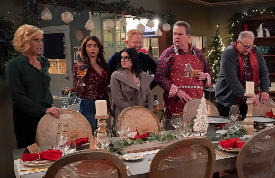 "Julie Bowen, Sarah Hyland, Ariel Winter, Jesse Tyler Ferguson, Eric Stonestreet, and Ed O'Neill in Modern Family's ""The Last Christmas."" (Photo: Richard Cartwright/ABC)"
