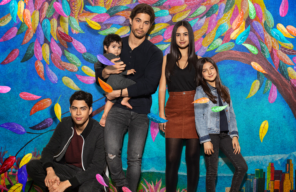 Brandon Larracuente, Niko Guardado, Emily Tosta, and Elle Paris Legaspi star in Party of Five. (Freeform)
