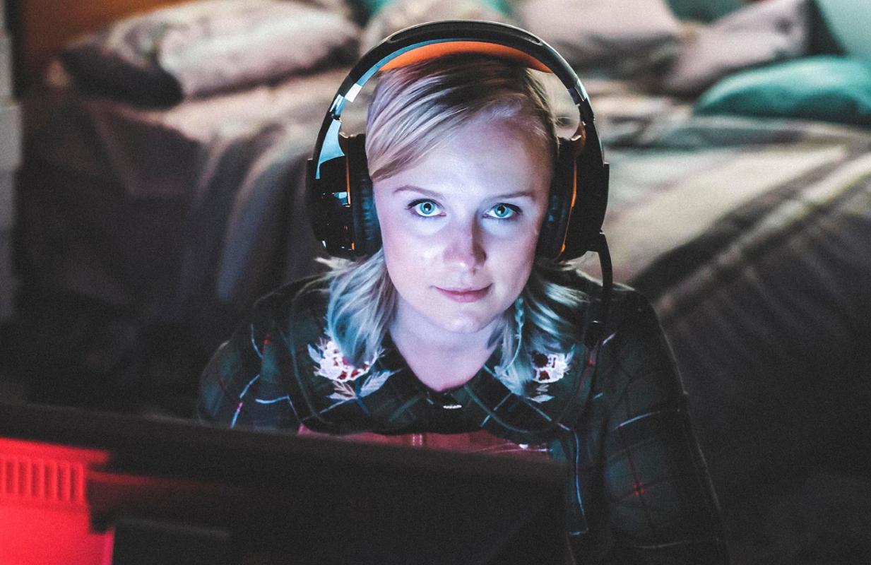 Alexa Davies in Dead Pixels. (The CW)