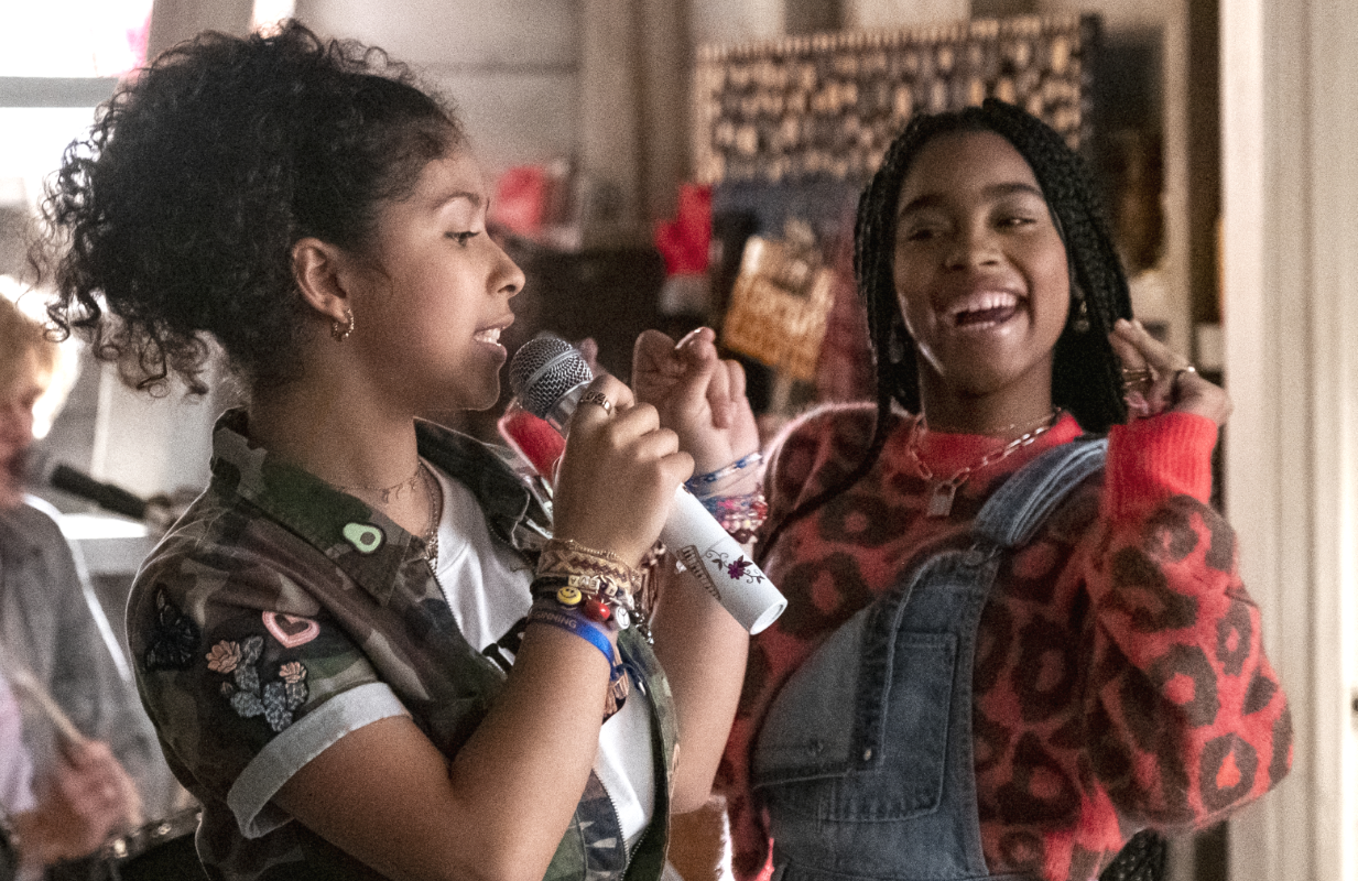 Madison Reyes and Jadah Marie as Flynn in  a scene from Julie and the Phantoms. (Photo: Kailey Schwerman/Netflix)