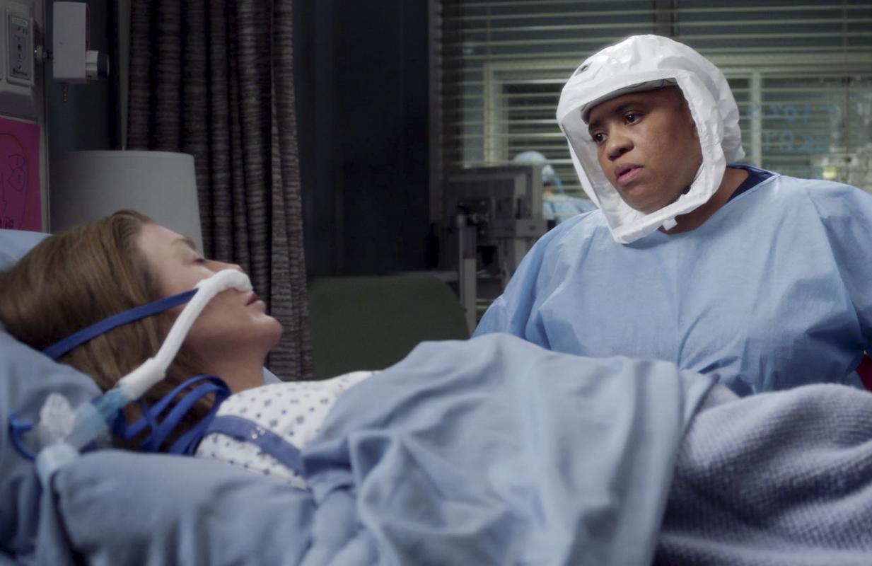 Ellen Pompeo and Chandra Wilso in Grey's Anatomy (ABC)
