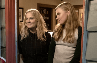Amy Poehler and Hadley Robinson in Moxie. (Netflix)