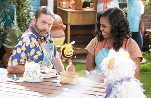 Zach Galifianakis and Michelle Obama with puppet friends Busy and Waffles in Waffles + Mochi. (Photo: Adam Rose/Netflix)